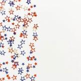4th av blåa och röda stjärnagarneringar för Juli amerikanska självständighetsdagen på vit bakgrund Arkivbild