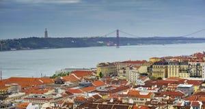 25th av den april bron, Kristus och Lissabon från den St George slotten arbeta i trädgården, Lissabon, Portugal Fotografering för Bildbyråer