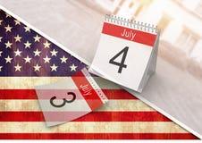 4th av den Juli kalendern mot amerikanska flaggan Arkivbild