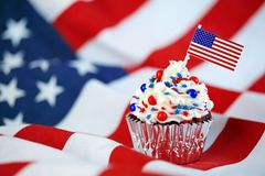 4th av den Juli muffin med flaggan, stänk Fotografering för Bildbyråer