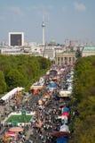 17th av den Juni gatan och den Brandenburg porten Royaltyfri Bild