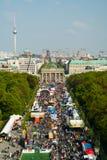 17th av den Juni gatan och den Brandenburg porten Arkivfoton