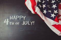 4th av juli bakgrund med den svart tavlan och USA flaggan Royaltyfri Foto