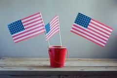 4th av Juli beröm med USA flaggor Fotografering för Bildbyråer