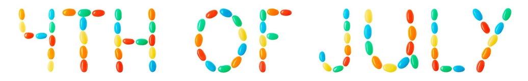 4th av Juli bokstäver som göras av mångfärgade godisar Arkivbilder