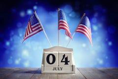 4th av Juli den amerikanska självständighetsdagenkalendern och flaggor Royaltyfri Bild