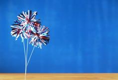 4th av Juli garneringar på blå bakgrund Royaltyfria Bilder
