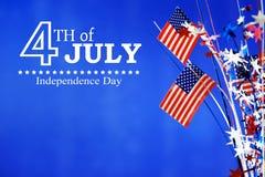 4th av Juli garneringar på blå bakgrund Arkivbild