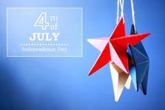 4th av Juli garneringar på blå bakgrund Royaltyfri Foto