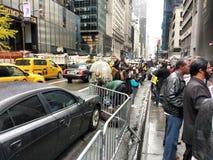 5th aveny framme av trumftornet dagen efter valdagen, NYC, USA Fotografering för Bildbyråer