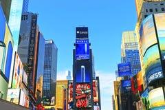 7th aveny- och Broadway skyskrapor på Times Square Arkivbilder