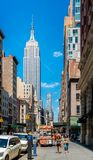 5th aveny och Empire State Building New York City USA Arkivbilder