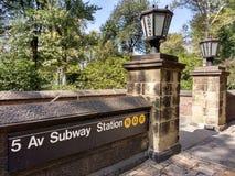5th avenygångtunnelstation, drev för N Q R, Central Park, Manhattan, NYC, NY, USA Arkivbild