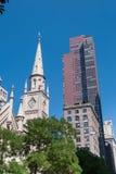 5th avenygränsmärken i NYC Arkivbilder
