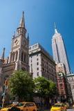 5th avenygränsmärken i NYC Arkivfoton