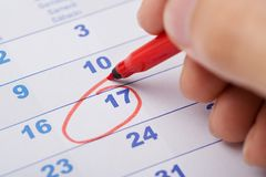 17th datum för handmarkering på kalender Arkivfoton