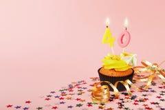 40th födelsedagmuffin med stearinljuset och stänk Arkivfoto