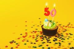 50th födelsedagmuffin med stearinljuset och stänk Royaltyfri Fotografi