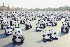TH för 1600 Pandas+, pappers- machepandor som föreställer 1.600 pandor Royaltyfria Foton