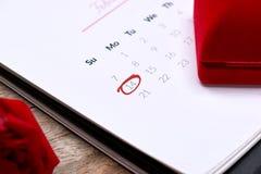 14th Februari på kalenderdatum Röd ros, hjärtor och gåva bo Royaltyfria Bilder