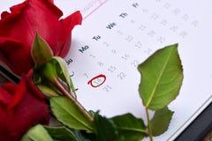 14th Februari på kalenderdatum Röd ros, hjärtor och gåva bo Royaltyfri Foto