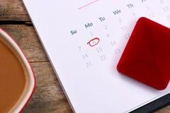 14th Februari på kalenderdatum Röd ros, hjärtor och gåva bo Royaltyfri Bild