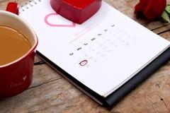 14th Februari på kalenderdatum Röd ros, hjärtor och gåva bo Fotografering för Bildbyråer