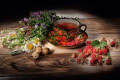 Thé, fleurs et framboises Image libre de droits