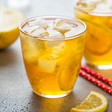 Th? froid avec le citron et la glace dans un verre avec des baisses, boisson de fruit douce fra?che, fra?cheur d'?t?, limonade d? images libres de droits