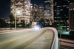 5th gata och byggnader i Los Angeles på natten Royaltyfri Fotografi
