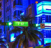 7th gata och trafikljus för havdrevtecken Arkivfoton