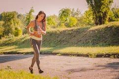Th-geschiktheidsvrouw die in het park lopen Fitness, sporten, gezondheid, l Stock Afbeeldingen