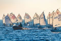29th INTERNATIONELLA PALAMOS-OPTIMISTTROFÉ 2018, 13TH NATIONKOPP, 15 Februari 2018 stad Palamos, Spanien Royaltyfria Bilder