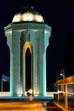 20th Januari monument, azerbajdzjansk flagga och gravar på natten Arkivfoto