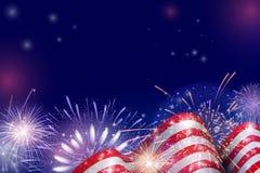 4th Juli, amerikansk självständighetsdagenberömbakgrund med brandfyrverkerier Lyckönskan på fjärdedel av Juli Arkivbilder