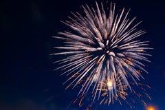 4th Juli fyrverkerier Fyrverkeri på mörk himmelbakgrund Arkivbild