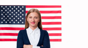 4th juli Le den unga kvinnan på Förenta staternaflaggabakgrund Royaltyfri Fotografi