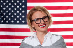 4th juli Le den unga kvinnan på Förenta staternaflaggabakgrund Royaltyfria Foton