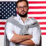4th juli Le den unga mannen på Förenta staternaflaggabakgrund Arkivbild