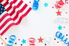 4th juli Självständighetsdagen med den amerikanska konfettier, flaggan och bandet beröm, patriotism och feriebegrepp arkivfoton