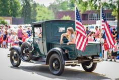 4th Juli ståtar med den gamla pickupet Royaltyfri Bild