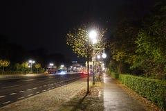 17th Juni gata i Berlin på natten Royaltyfria Foton