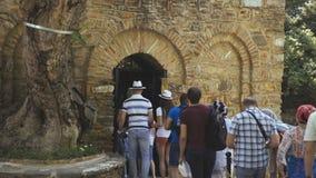 15TH JUNI, 2018 - TURKIJE, IZMIR: De mening van pelgrims komt in oude kerk stock footage