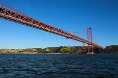 25th Kwiecień Bridżowy rozciągający się Tagus rzekę Zdjęcie Stock