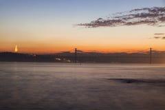 25th Kwietnia most i Cristo Reja statua w Lisbon Zdjęcia Stock