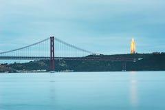 24th Kwietnia most Reja w Lisbon przy półmrokiem i Cristo Obraz Royalty Free