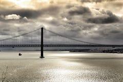 25th Kwietnia most w Lisbon na chmurnym dniu Zdjęcie Stock