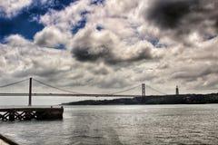 25th Kwietnia most w Lisbon na chmurnym dniu Fotografia Royalty Free