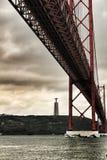 25th Kwietnia most w Lisbon na chmurnym dniu Obraz Stock