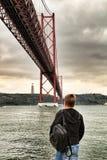 25th Kwietnia most w Lisbon na chmurnym dniu Zdjęcia Royalty Free